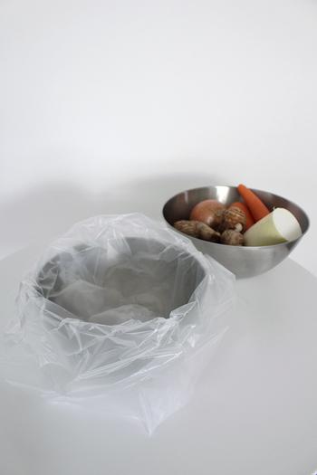 生ごみが出るのは主に調理中だけ。そんな人はボウルで代用してみたらどうでしょう?野菜や果物の皮は調理したらビニール袋を張ったボウルにポイポイと入れていくだけ。お料理が終わったら口を閉じておしまいです。