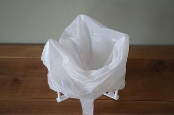 ビニール袋を掛けたら、三角コーナーの代わりにゴミをポイポイと入れていけます。どこにでも設置できて、簡単に広げられるから便利そうです。