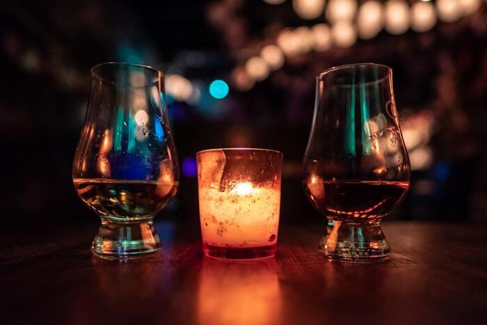 """大正時代、浅草の老舗酒場で誕生した「電気ブラン」。名前の由来は当時""""電気""""と名のつくものはハイカラとされていたから、だそうです。アルコール度数が高くピリッとした刺激はあれど、独特の香りと甘みで人々を虜にし続けています。作中では、電気ブランの製法を真似て作った「偽電気ブラン」という架空のお酒が登場します。"""