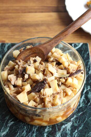 混ぜご飯の素を作っておけば好きな時に混ぜ込むだけ。冷凍もできるので時間がある時に具材だけ作っておきましょう。  こちらはたけのことツナを使った混ぜご飯の素。混ぜご飯の他にも、そのまま食べてもオムレツの具にしても食べられます。