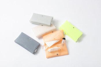 半分に折り畳むように作られたポーチは、開くと左右に収納スペースがあります。マスクだけでなく、ティッシュや小サイズのハンドジェルを入れるポケットもついて整理しやすいので、ポーチの中がごちゃつくこともありません。水や汚れに強い素材なのも高ポイント。