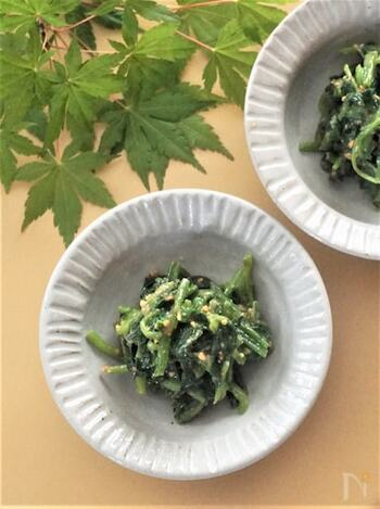 ほうれん草の和え物は、いろいろな味付けができるので、味付けを変えるだけでも同じ素材の定食弁当がまた違う雰囲気で楽しめます。こちらは、ピーナッツバターと白だしで和えたちょっぴり変わり種のレシピ。サバの味噌煮などの和風弁当にはもちろん、洋風弁当にも合いそうですね♪