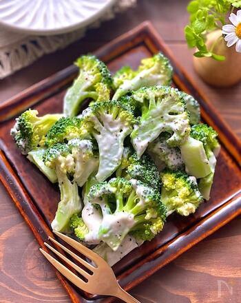 ブロッコリーは緑の彩りに最適なおかずです。洋風のお弁当にもぴったり。こちらは、手作りのシーザーサラダドレッシングで和えた一品です。ブロッコリーは電子レンジで加熱するので簡単。その間にドレッシングを作れますよ♪