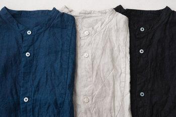 オールシーズン着まわせるブラウスなども、様々な素材があるアイテムです。ナチュラルさんにぴったりな綿や麻のブラウスは、シンプルなデザインでも柔らかな雰囲気を演出してくれます。