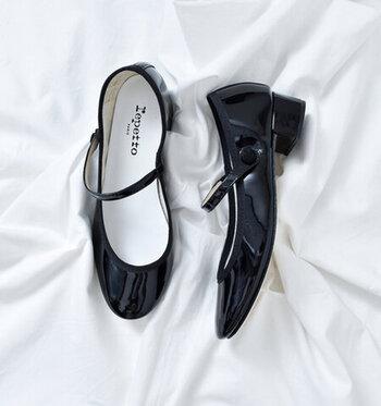服や小物でおしゃれをしていても、靴がなんだか浮いてしまっている…ということはありませんか?大人のおしゃれには、コーディネートに馴染む靴があると重宝します。スニーカーやレザーシューズなど、コーディネートやシーンに合わせた一足を選びましょう。靴が汚れてしまったら、お手入れも忘れずに。