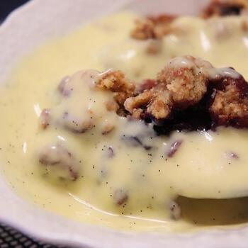 りんごやブルーベリーにグラスフェッドバターを使ったクランブルをのせ、オーブンで焼きます。そして、卵がたっぷりのアングレーズソースをかけて召し上がれ。