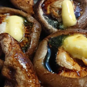 グラスフェッドバターは、醤油との相性もいいので、和の料理にも合いますよ。焼き椎茸の香ばしさに上質なバター醤油が、絶妙にマッチ!