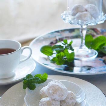 """ブール・ド・ネージュは、フランス語で""""白い雪の玉""""をあらわすスノーボールクッキー。ほろほろ溶けて、グラスフェッドバターの優しい香りが楽しめます。"""