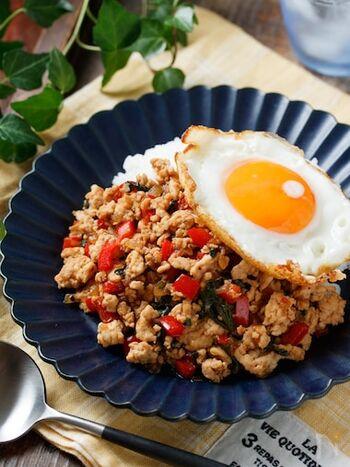 """タイ料理の定番""""ガパオライス""""を、和風にアレンジ♪バジルやナンプラーを使っていないので、独特の風味が苦手だったという方にもオススメです。冷蔵庫で3~4日保存できるので、作り置きしておくのも便利です◎"""