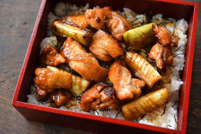 こちらは、一つのフライパンで一気に作ることができる焼き鳥丼レシピ。鶏肉の皮を下にして焼き、パリッとした食感になるように仕上げましょう*