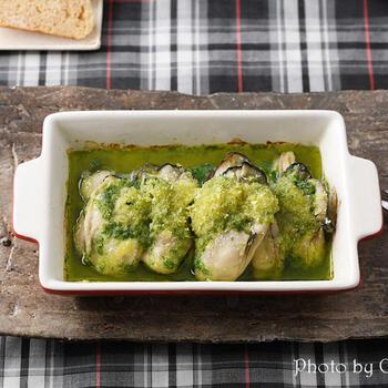 こちらは、エスカルゴバターのパクチー版。牡蠣に、ニンニクとパクチーの香りのバターをのせ、トースターで焼きます。おしゃれなひと皿ですね。色もきれいです。