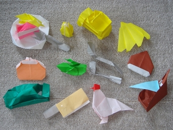 子どもからお年寄りまでみんなで楽しめる、折り紙。100均などでも手に入る折り紙は、指先を動かす練習にもなり、「どう折ったらいいのかな」と考える力も身につけられます。簡単なものからトライしてみるのもよし、「食べ物」「お花」など、テーマを決めてたくさん作るのもよし。きれいにできたものは、おうちに飾っておくのもいいですね。