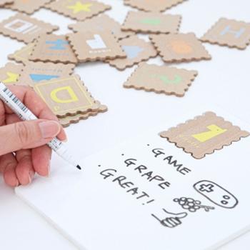 英語を楽しく学べる、アルファベットカード。まるでクッキーのような形の木製カードがとても可愛らしいですね。アルファベットが読めるなら、「A、B、C…と並べてみて」と練習したり、これから覚えるところなら、紙に書いたアルファベットと同じものを選ぶ練習をしたり。様々な使い方で、活用できそうです。