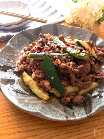 きゅうりに牛こまを組み合わせて、オイスターソースで中華風に。にんにくやごま油、鷹の爪の香りが食欲をそそります。きゅうりのシャキッとした食感で、暑さに疲れ気味なときでもおいしく食べられそうですね。