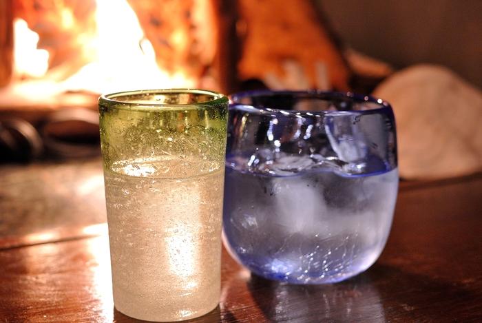 物語に登場する「COR COR (コルコル)」というお酒は、純沖縄産の無添加・無着色の透明なラム酒です。一般的にサトウキビを原料とするラム酒は、カラメルのような甘い香りが特徴。ミントを入れてモヒートにしたり、コーラで割ってラム・コークにしたり、バニラアイスとの相性も抜群なのでぜひ試してみてください♪