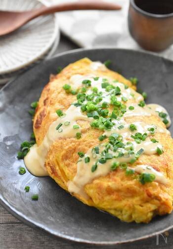 ふんわり卵に、とろっとした納豆が相性抜群の納豆オムレツ。マヨネーズとポン酢で作るソースがクセになる美味しさです!