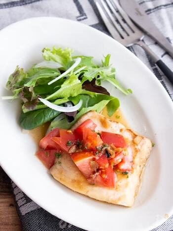 あらかじめ、ジッパー付き袋に調味料とかじきまぐろを入れて下味をつけておくことで、簡単に美味しいソテーが作れます*最後に刻んだトマトとパセリをのせれば、見た目も豪華な一皿になります。