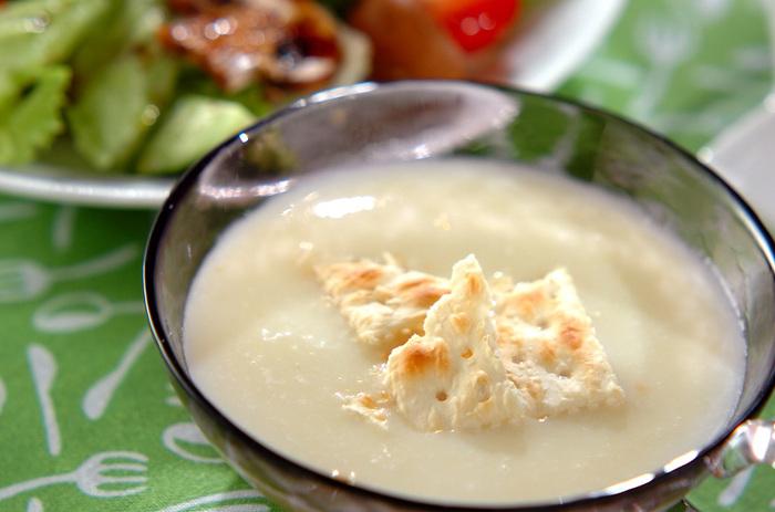 ジャガイモと白ネギを使った冷製スープ。材料を鍋に入れて火を通し、ミキサーにかけて味を整え冷蔵庫で冷やせば、とろっとした満足感のあるスープの完成です!