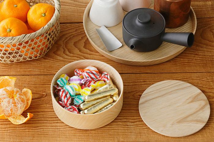キャンディーやチョコレートなど小さなお菓子類を入れておくのにちょうどよい大きさ。茶菓子を入れておやつどきにそのままテーブルに出せます。3段あるので、それぞれ違う種類のお菓子を入れたら楽しいですね♪