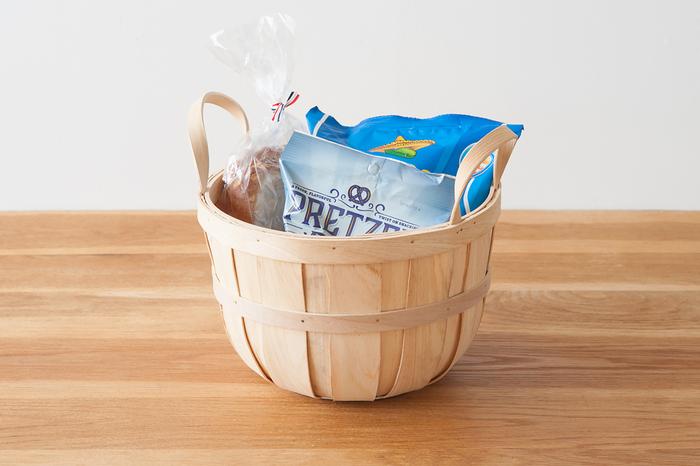 スナック菓子の袋物類やパンなどボリュームのあるものの収納には、深さのあるこちらのハンドル付きバスケットが適しています。