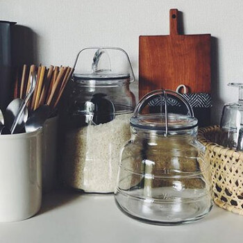 デンマークの「ホルムガード」が手がける、スタイリッシュなガラスの瓶「スカーラジャー」。底に向かって広がりのある安定感あるフォルムに、ハンドル付きのフタがかわいらしく、キッチンに置いてあるだけでサマになるデザイン。
