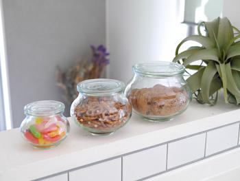 大きさが異なる瓶にそれぞれ異なる種類のお菓子を入れて、ディスプレイ収納に。ジェリービーンズやカラフルなキャンディーを入れると、かわいさが際立ちますね。