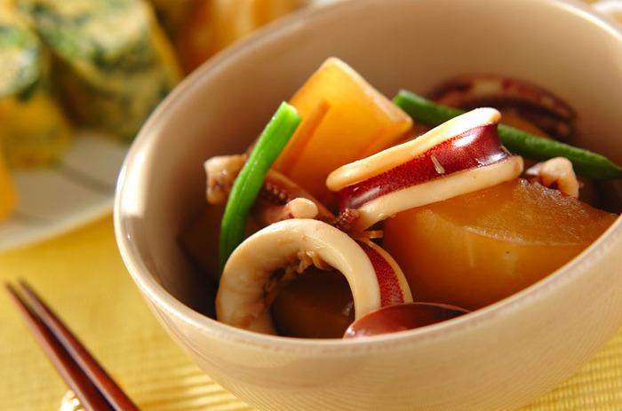 味が染み込んだ大根とイカが相性抜群の煮物。最初にレンジで大根を加熱しておくことで、時短になります。イカは途中で鍋から取り出すのが、柔らかく仕上げるポイントです。