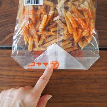 食べかけのビスケットやおせんべいなど、湿気やすいお菓子の保管には、袋の閉じ方にひと工夫。なるべく空気を抜いた状態で折りたたんでいきます。