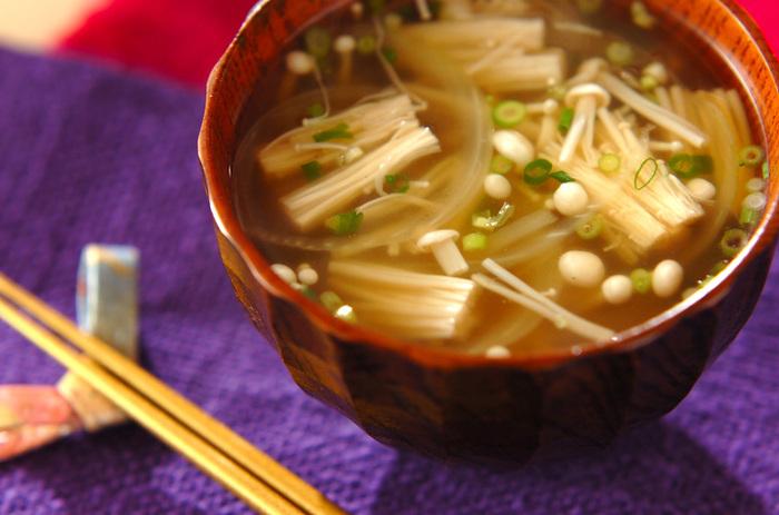 玉ねぎとエノキで作る優しい風味の洋風スープレシピ。火が通りやすい素材なので、時間がないときにもパッと作れます*