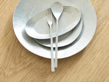 プレートの大きさは、全部で4種類。いろいろな大きさがあるので、同じシリーズで食卓をまとめることもできますよ。アルミのうつわはさっぱりとした潔さを感じさせてくれます。