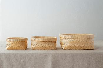 青森ヒバを薄いテープ状に加工し、丁寧に編み上げてつくられた「青森ヒバのかご」。とても軽く、抗菌、防虫、消臭に優れているので、キッチンでも安心して使用できます。