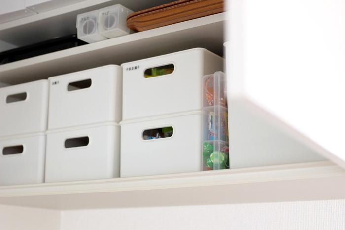 フタを閉めれば、棚のちょっとしたスペースに立てて収納できるので省スペース。透明のケースなので中身が一目瞭然で、ストック管理がしやすいのもうれしいポイント。