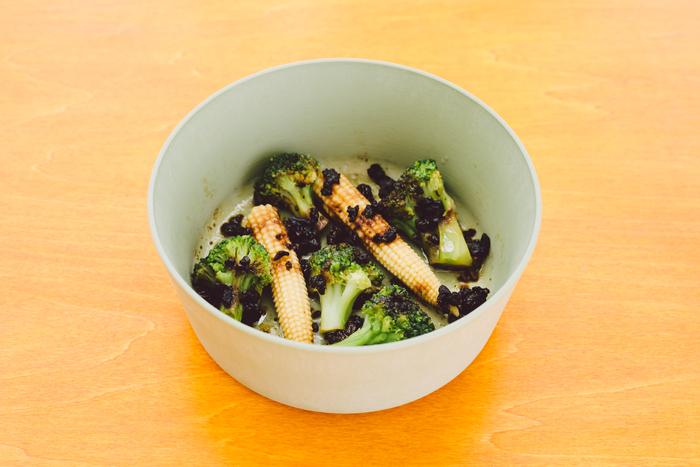 「豆豉(トウチ)」とは、大豆に塩や麹、酵母などを加え発酵させた中華調味料のこと。香り高く、強い塩味があります。今回はブロッコリーとヤングコーンを合わせましたが、家で余っている野菜を利用してもOK。いろんな野菜で試してみてください。 (※器のサイズ:U150)