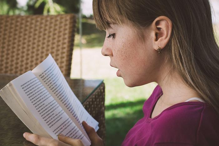 さまざまなジャンルの小説を読むことは、自分の人生では経験できないことを疑似体験することができます。自分とは全く違う考え方や価値観に触れることで思考が柔軟になり、これまで見逃していたような小さな幸せにも気付けるようになっていくはずですよ。