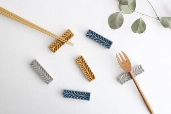 ローズマリーをモチーフにしたナチュラルなデザインは、主張しすぎず料理も引き立ててくれます。色違いで揃えても素敵ですね。