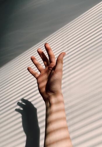 家事などによる手荒れのほかに、「日焼け」も乾燥の原因です。身体や顔にはしっかり日焼け止めを塗るけれど、手はうっかり忘れがち。自転車に乗る習慣がある人は、とくに手に紫外線を受けてしまうことも……。