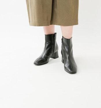 ここ数年すっかり定番となった「ショートブーツ」。ボトムスを選ばず合わせやすいのも人気の理由のひとつで、今季はスクエアトゥに注目です。寒い季節はタイツと組み合わせて、気温が高い初秋はソックス×ブーツでまとめると秋らしい印象に。