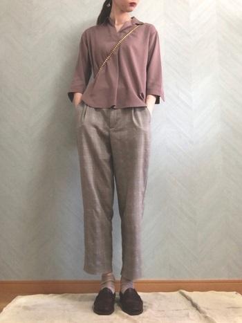 ユニクロのシャツ×GUのチェックパンツのプチプラコーディネート。シンプルながらも、ブラウンカラーやチェック柄で秋らしさを演出しています。足元はローファーできちんと感をアップし、シックにまとめています。
