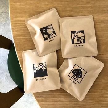 長野県善光寺近くにある、スペシャリティーコーヒーを扱う自家焙煎のコーヒー店です。コーヒーの種類はエチオピア、グァテマラ、ブラジル、コロンビアの4種類で、それぞれ酸味やコクなどのバランスがカードになっていて味比べも楽しめます。版画のようなイラストが大人かわいいデザインです。