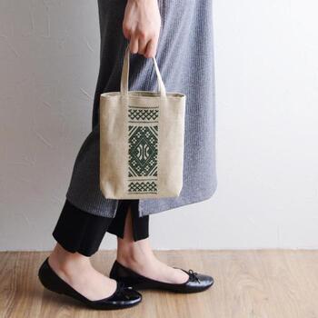 伝統的なデザインの美しさは、見ているだけでもうっとり。持っているだけで心躍るバッグは、使わない時はかけておくだけでも絵になります。