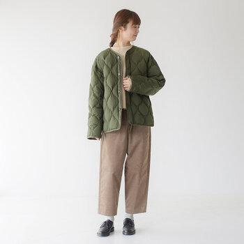 毎日でも着たいキルティングジャケットの人気色はカーキ、黒、ベージュの3色です。どんなインナーやボトムにも合わせやすいから、ベーシックな色合いがおすすめですよ。