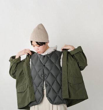 キルティングジャケットの魅力の一つが、重ね着で3シーズン着まわせることです。春先や秋は薄手のシャツやワンピースと合わせて、冬本番にはコートのインナーやざっくりニットと合わせてコーディネートを楽しめます。薄手で滑りの良いキルティングジャケットならではの楽しみ方ですね。