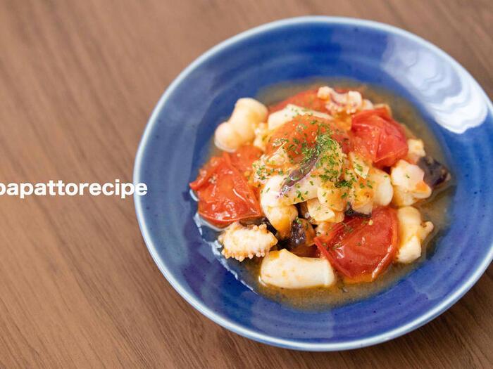 みじん切りにしたにんにくと、ブツ切りにしたトマト、イカをオリーブオイルと調味料で炒めて冷蔵庫で一晩寝かせたら出来上がり。お酢は使わず、トマトの酸味を生かしたレシピ。このまま食べても、パスタを絡めてもよさそうですね。