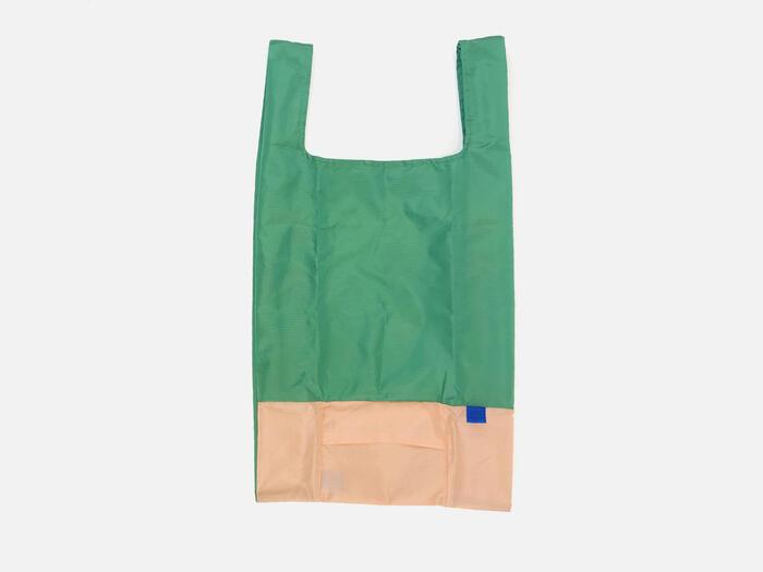 シンプルなバイカラーがさわやかな「パピエ ティグル」のマイバッグ。見た目の良さだけでなく、マイバッグは重いものや、形が異なるものを入れるので強度が肝心。素材はポリエステル100パーセントで、強度が高いリップストップ生地が使われているので、とっても丈夫。