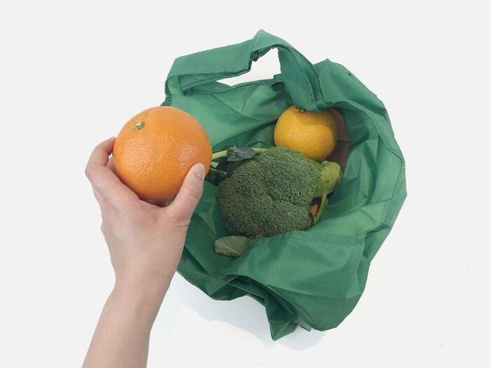リップストップ生地は、ナイロンやコットンなどの織り生地が裂けたりした場合に、それ以上の破れを防いでくれる、特殊な補強技術で作られた生地です。なので、買い物をしたものを入れたマイバッグが何かに引っかかって裂け目ができても、それ以上広がらずにすみます。