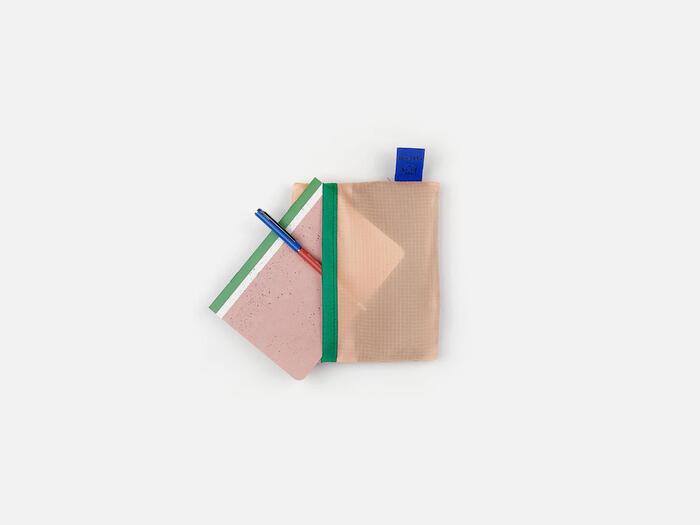 小さく折りたたむとサイズは14×17cm。これならバッグに気軽に入れて持ち運べます。さらにこちらの嬉しい特徴として、折りたたんだ際にA6サイズのメモ帳がぴったり入ります。マイバッグのメーカーである「パピエ ティグル」は紙を用いたプロダクトのデザインが人気なので同一メーカーのA6サイズのメモ帳とボールペンでおしゃれにまとめるのも素敵。