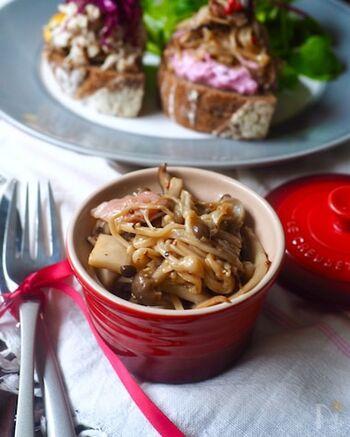 きのこと生ハムをオリーブオイル・鷹の爪で炒め、冷めたら、レモン汁・粒マスタード・塩胡椒で味を調えて完成。このままでも、パンに乗せても美味しいですよ。