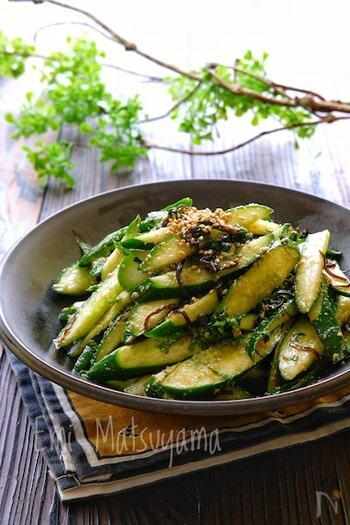 夏野菜の定番・きゅうり。サラダや漬物、酢の物などのレシピに活躍するきゅうりは、実は加熱してもおいしくいただくことができます。きゅうりがたくさんあるときや、ちょっとマンネリしてきたな…と感じたら、加熱するレシピを試してみてはいかがでしょう?「炒める」「焼く」「煮る」の調理方法ごとに、おすすめレシピをご紹介します。