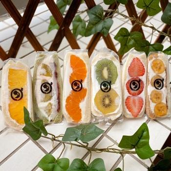 分厚いサンドイッチには、みずみずしいくだものとたっぷりの生クリーム。コントラストも美しいく、行列ができるのも納得のフルーツサンドです。