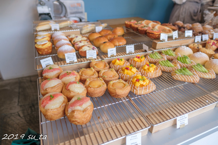 カウンターにはデニッシュを始め、たくさんのパンがずらり。お惣菜系も多いので、甘いものとおかずパンを両方味わうのもおすすめです。